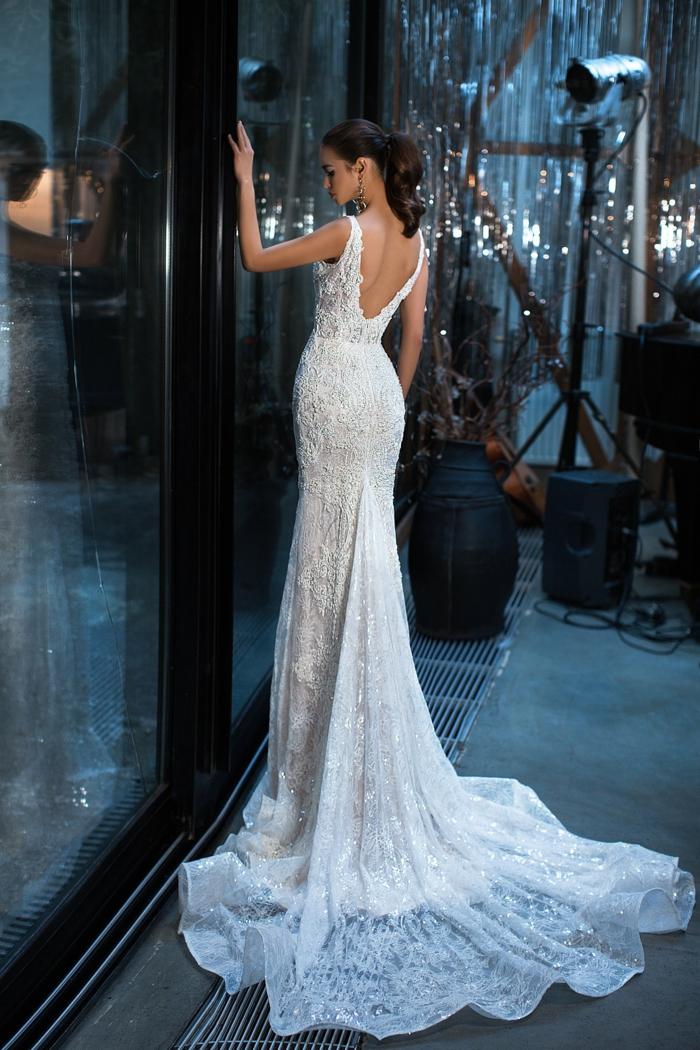 bonito vestido corte sirena con con larga cola y espalda descubierta, cintura alta y pelo recogido en cola, modelos vestidos de novia con encaje