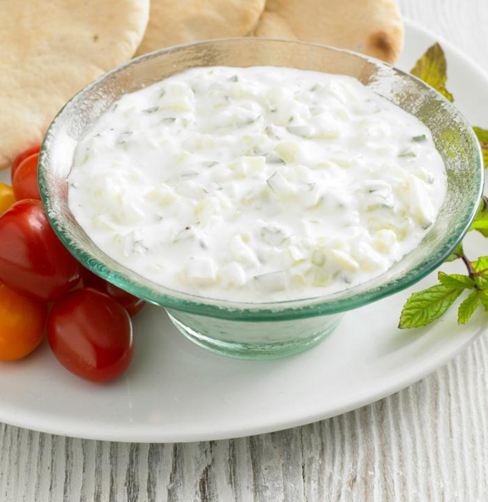 comidas de verano faciles y rapidas para cenas ricas, raita de yogurt y pepinos para hacer en 10 minutos