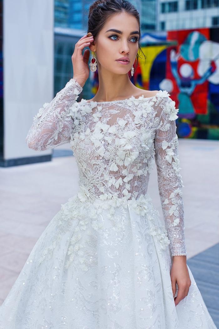propuesta delicada y moderna, ideas de vestidos de novia con encaje, parte superior de encaje con motivos florales tridimensionales