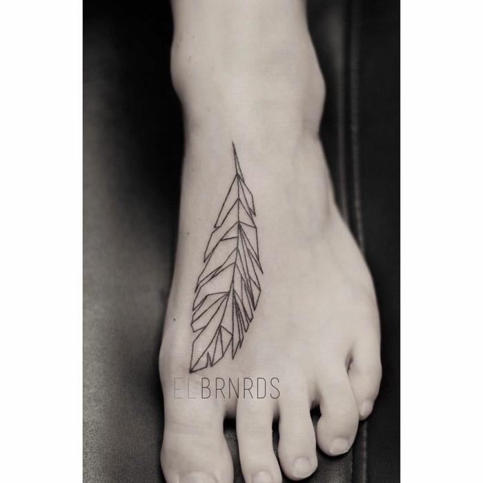 precioso tatuaje en el pie con pluma diseño geométrico, tendencias tatuajes 2018, tatuaje pluma