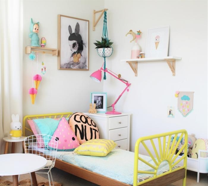 como decorar habitaciones infantiles baratas, dormitorio de encanto con cama individual y muchos objetos decorativos en colores llamativos