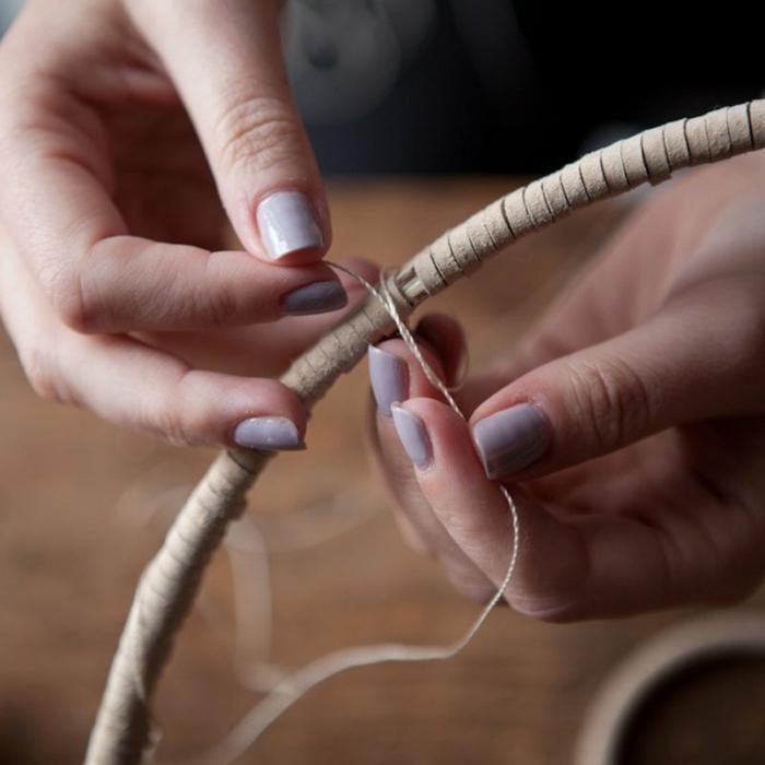 tutorial sobre cómo hacer un atrapasueños paso a paso, atrapasueños de madera hilo y cuerda hecho a mano