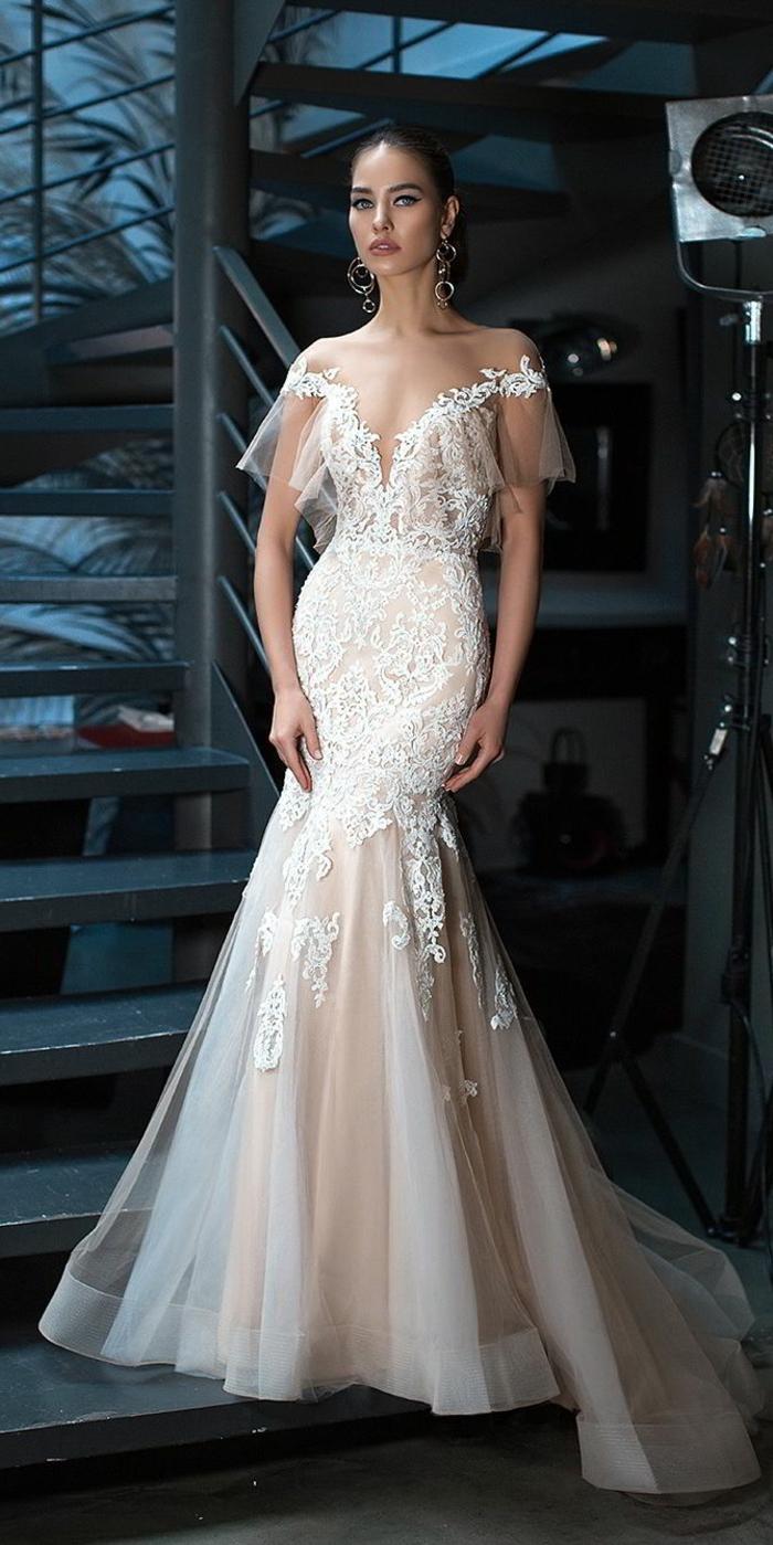diseño vestido novia romantico en color champán, corte sirena con falda con larga cola, escote en V y mangas caídas de visillo con encaje
