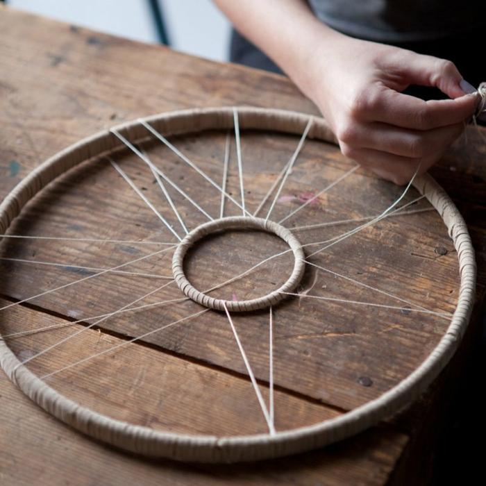 propuestas de manualidades para decorar la casa, cómo hacer un atrapasueños paso a paso, proyecto DIY par adultos y pequeños