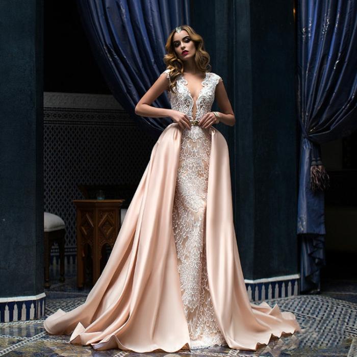 últimas tendencias en vestidos de novia con encaje, vestido de dos piezas en blanco y rosado, escote muy atrevido, palo suelto ondulado