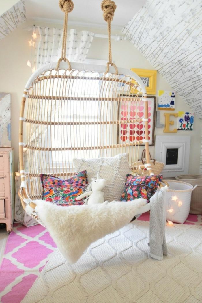 habitación de encanto con techo inclinado, paredes con papel pintado y silla de mimbre colgada en el techo, ideas de decoración habitaciones infantiles baratas