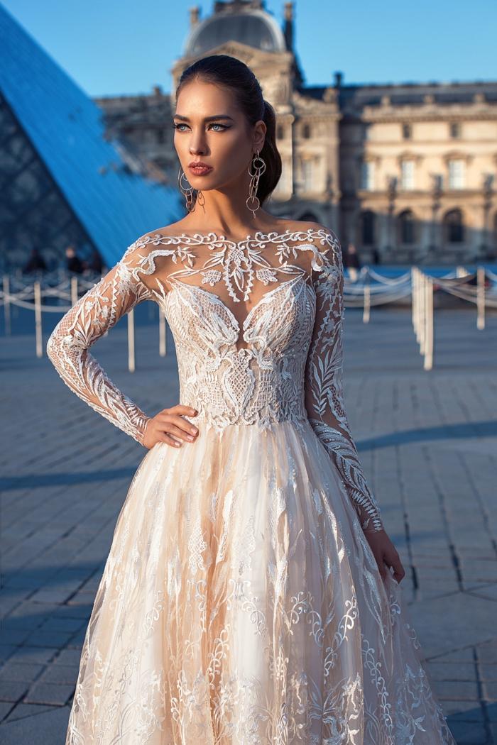 vestido elegante y bonito de encaje con parte superior semitransparente y larga falda color crema, diseños vestidos de novia con encaje