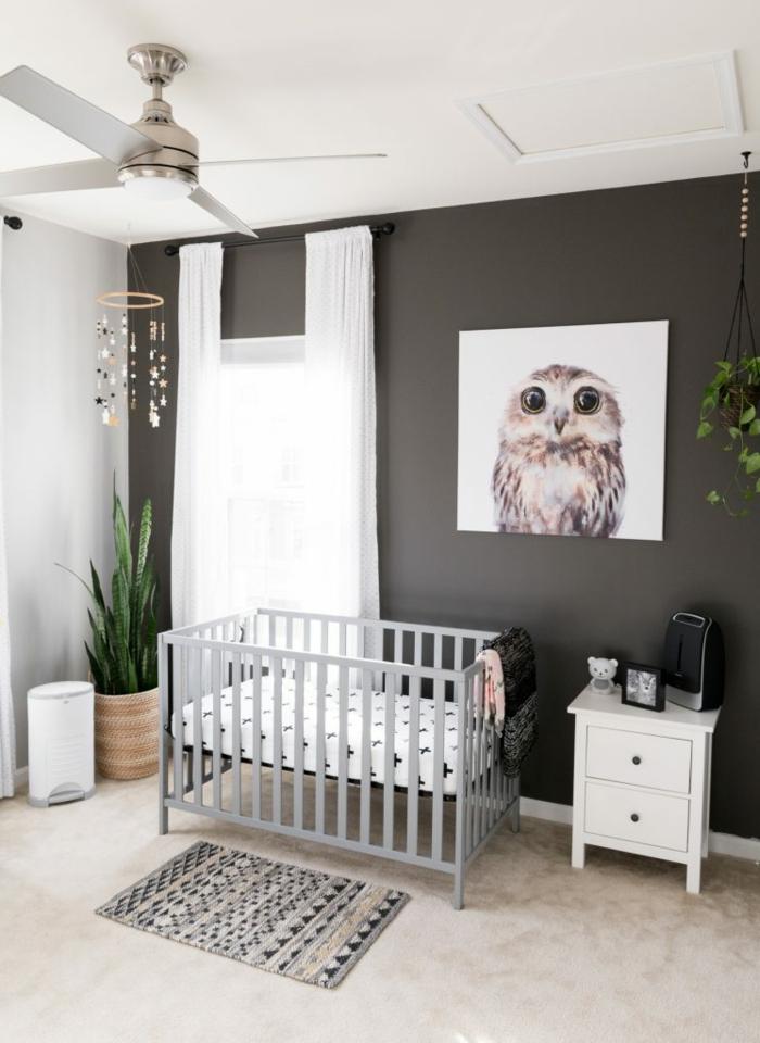 como decorar habitaciones infantiles baratas, dormitorio de bebé con cama en gris paredes en gris pizarra y cuadro decorativo con buho