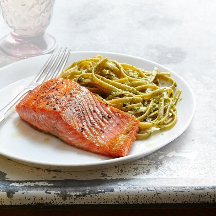 salmon cocido al sartén con pasta con salsa de brocoli, ejemplos de recetas faciles y rapidas para conseguir una dieta saludable