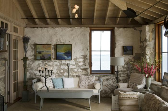 precioso salon en estilo ristico con paredes efecto envejecido, techo de madera, muebles de epoca y decoracion con flores, salones rusticos de encanto