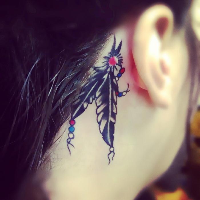 ideas de tatuajes con mensajes, tatuaje pluma detrás de la oreja, propuestas de diseños de tatuajes indios
