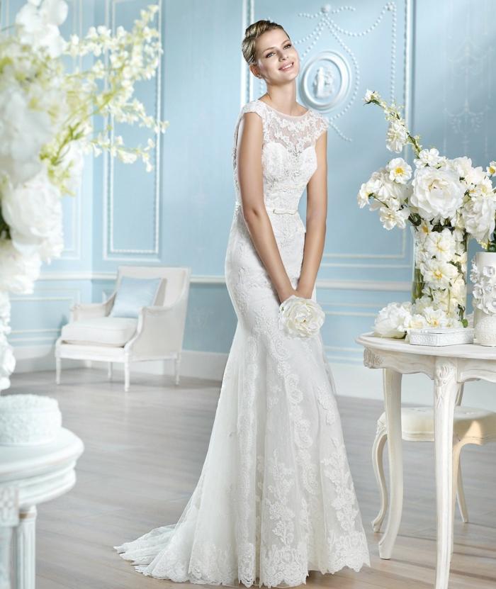 preciosa propuesta de vestido de encaje con mangas cortas y corte sirena, vestidos de novia con encaje tendencias 2018