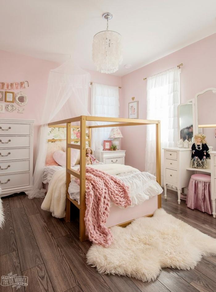 preciosa habitación decorada en rosado con cama de madera y suelo de parquet, habitaciones infantiles baratas modernas