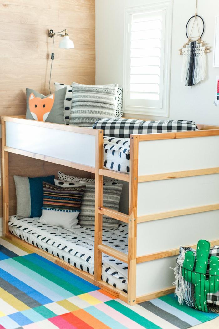 como decorar una habitación infantil, dos camas una encima de la otra, cojines decorativos con dibujos de animales , ideas de decoración dormitorios de niñas