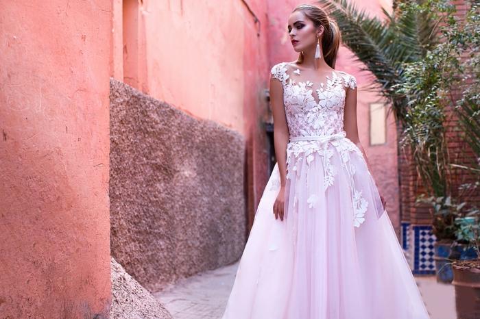 modelos de vestidos de novia baratos y bonitos, corte de vestido princesa con parte superior de encaje y falda de visillo