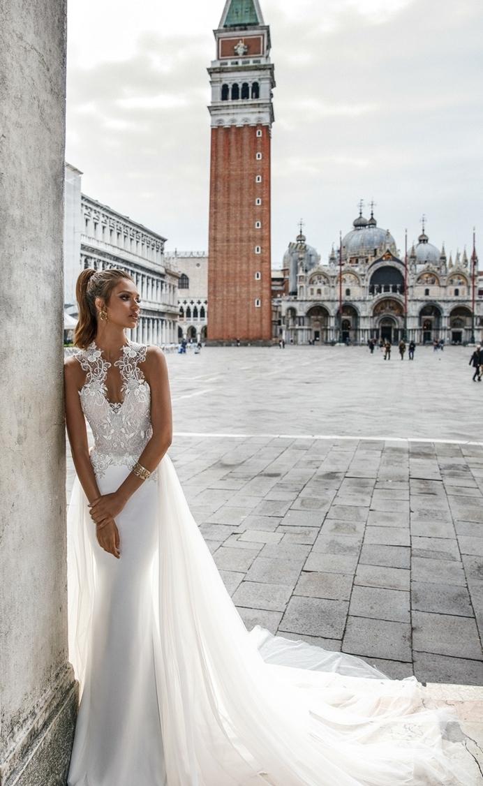 diseño encantador de vestido corte sirena en blanco con visillo grande y escote palabra de honor, diseño vestidos de novia baratos