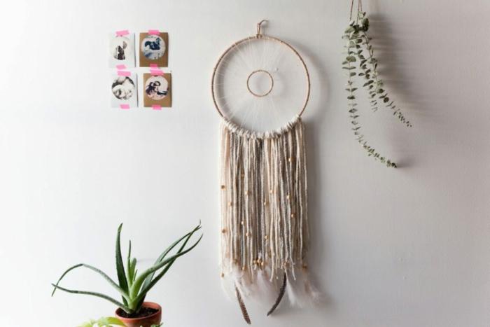 ideas de manualidades para niños y adultos, bonito detalle decorativo en la pared, atrapasueños DIY hecho de lana