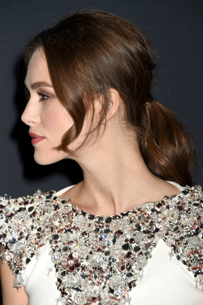 ejemplos de peinados faciles y bonitos, pelo castaño con la raya en medio, cola baja con mechas sueltas rizadas