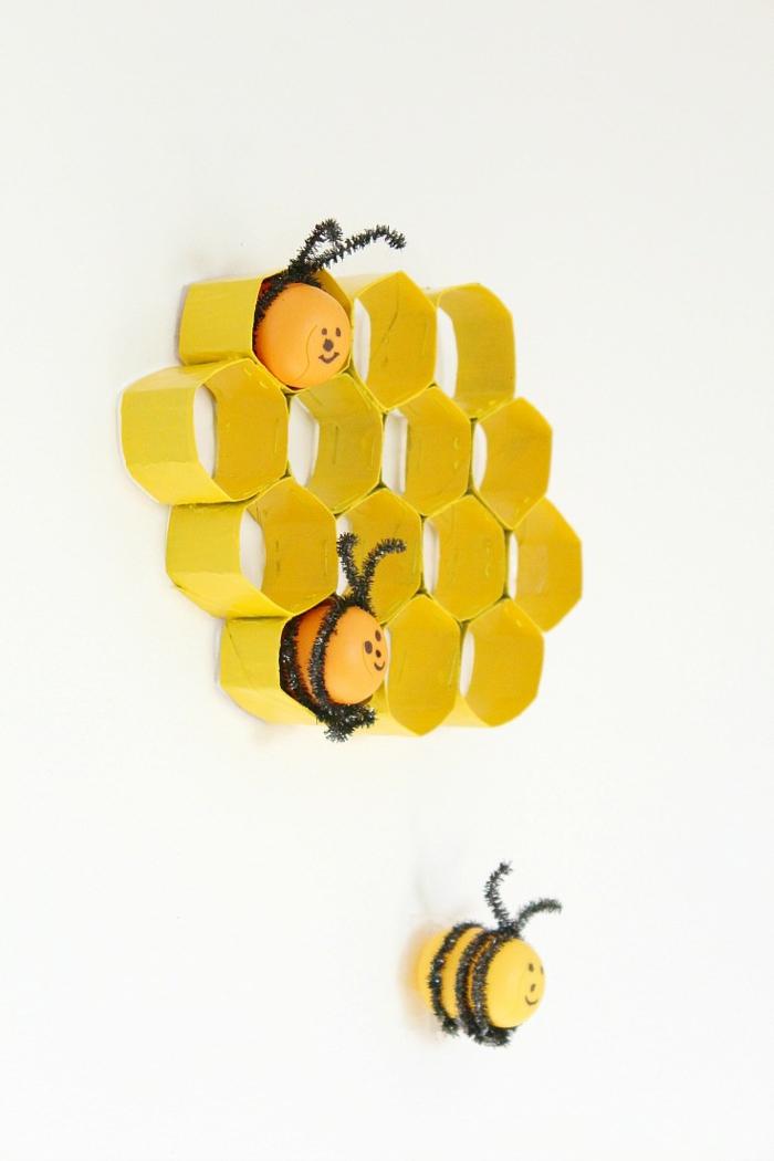 decoracion-para-la-pared-en-amarillo-de-cubos-de-carton-abejas-decorativas-manualidades con rollos de papel higiénico-paso-a-paso