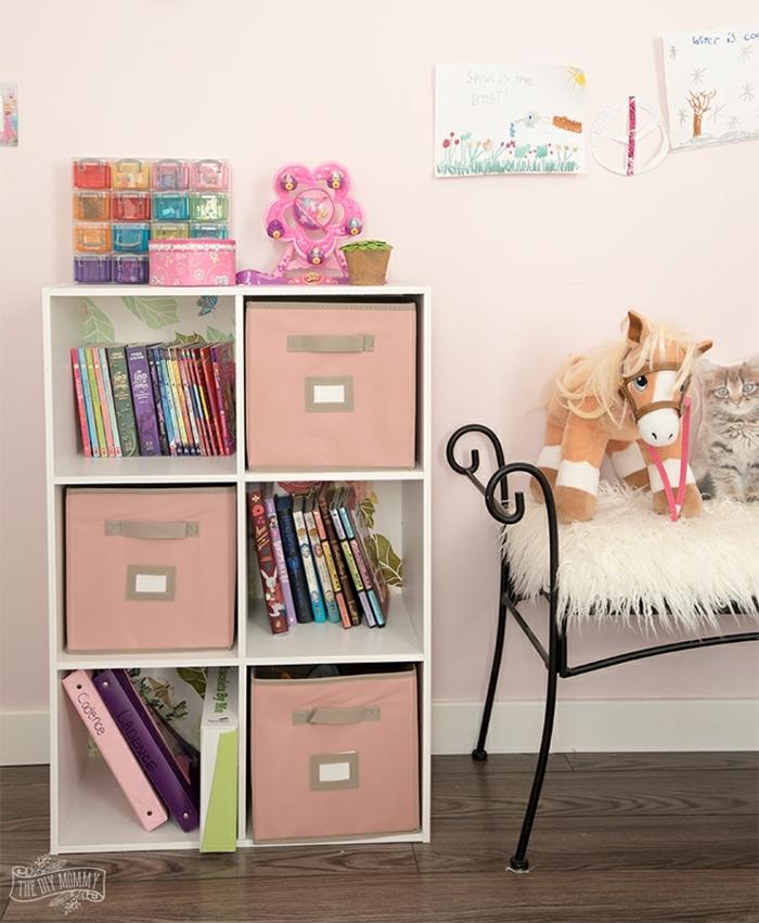 preciosa decoración de dormitorios de niñas, bonita estantería en blanco, paredes en rosado y suelo de pared