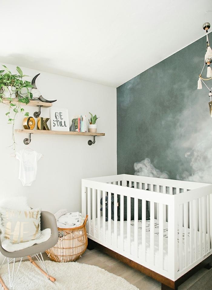 diseño de encanto de una habitación infantil, paredes en blanco y verde y cama de madera en blanco, ideas dormitorios de niñas