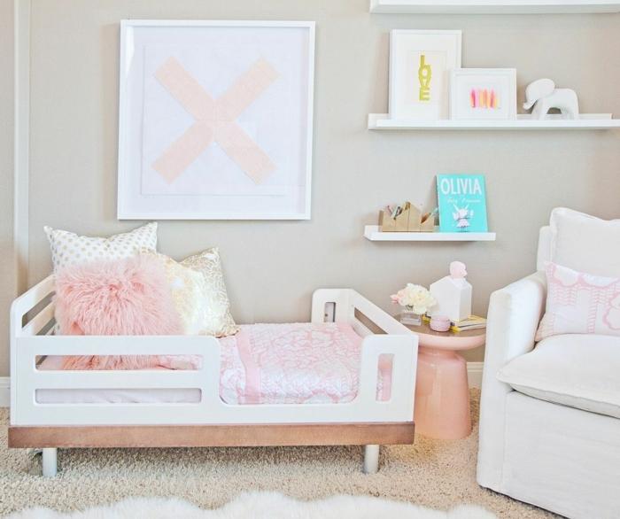 dormitorios de niñas decorados en colores pastel, paredes en beige, suelo de moqueta en el mismo color y detalles en rosado