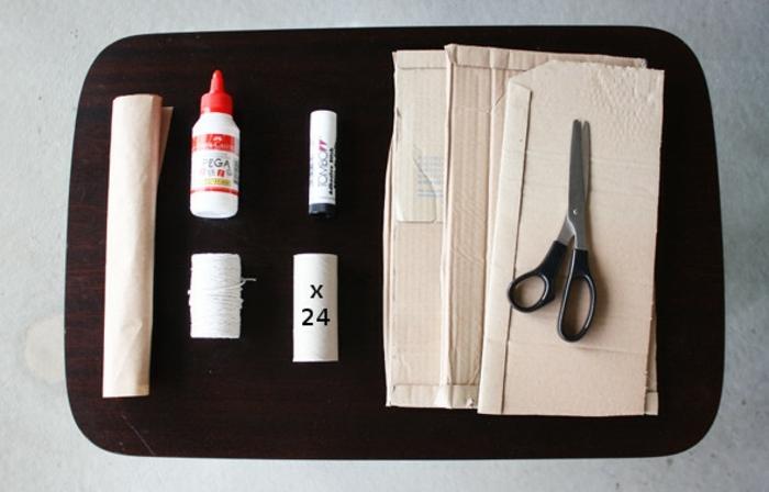 materiales necesarios para hacer un calendario de adviento DIY con cubos de cartón, pegamiento líquido