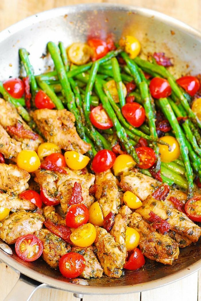 ideas de cena rapida con alas de pollo fritas tomates cherry y espárragos, bonita idea para una cena de familia