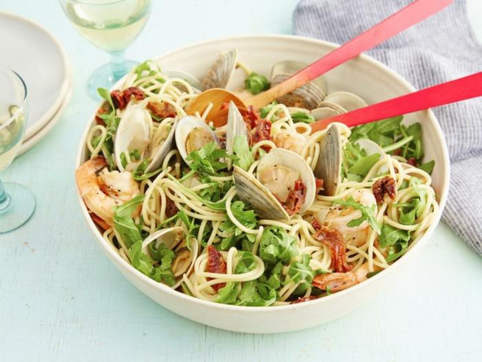 como hacer una ensalada sana, fresca y rica paso a paso, comidas de verano fáciles y rápidas, ensalada con mariscos y espaguetis