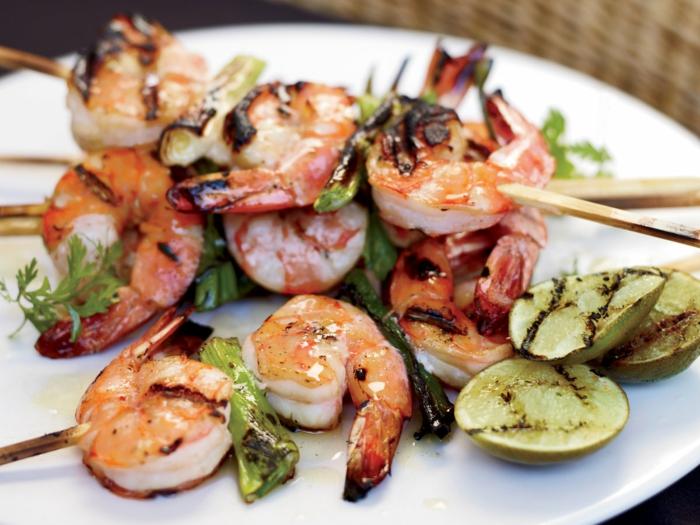 cenas con mariscos ricas, ideas de comidas de verano fáciles y rápidas, pinchos de cambas y calabacinos