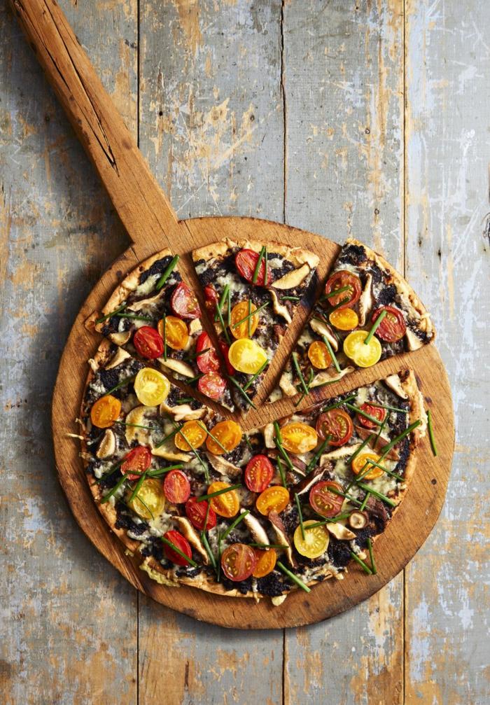 propuestas cocina facil casera, pizza con tomates cherry en rojo, amarillo y quesos, ideas para conseguir dieta equilibrada