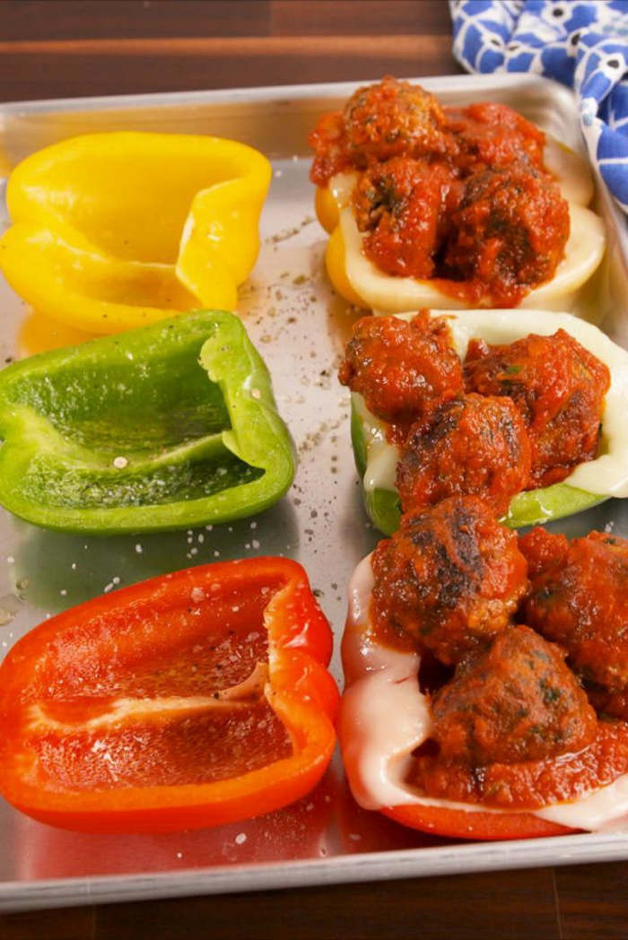 propuesta ricas cocina facil, pimientos rojos, verdes y amarillos llenos de albóndigas con salsa de leche