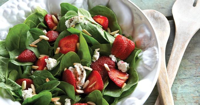 ensaladas frescas, ricas y saludables para la temproada, comidas de verano fáciles y rápidas, ensalada de espinacas y fresas