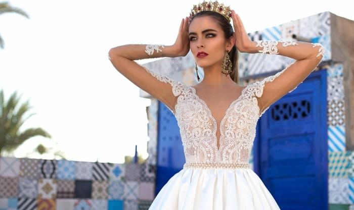 vestido muy elegante con larga falda de satén en volantes y preciosa parte superior de encaje con lentejuelas, propuestas vestidos de novia baratos, mangas transparentes con encaje