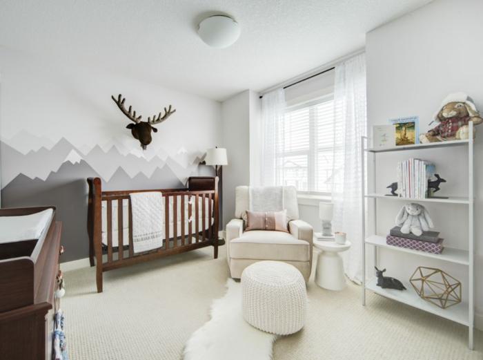 ingeniosas ideas de decoracion habitacion bebe, habitación grande decorada en colores claros, paredes con dibujos, estanterías en blanco y muebles en beige