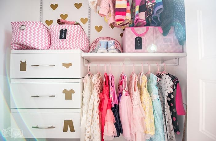 decoracion habitacion bebe detalles de encanto, bonito armario de una niña pequeña organizado con estilo