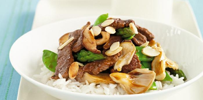 pollo con arroz y setas, almuerzo saludable y fácil de hacer, ideas de recetas de cocina sanas y rapidas