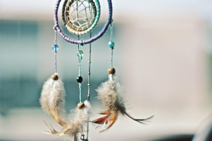 ideas DIY para decorar la casa, bonito atrapa sueños con cuentas brillantes y plumas de aves, aros envueltos de hilos coloridos