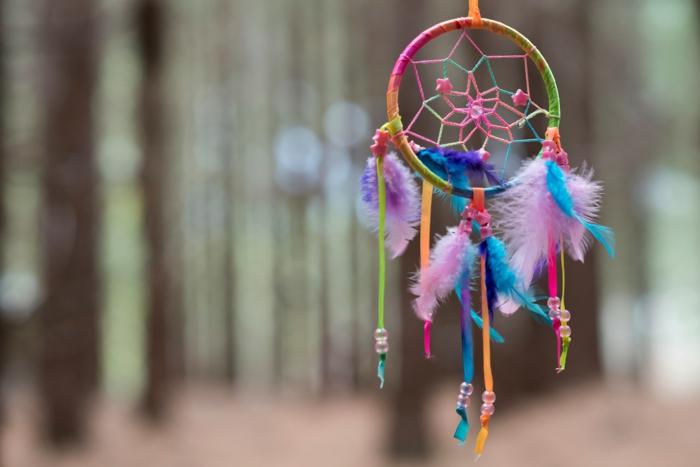 cómo hacer un atrapasueños colorido para decorar la casa, cintas de colores llamativos, pompones en lila y cuentas brillantes