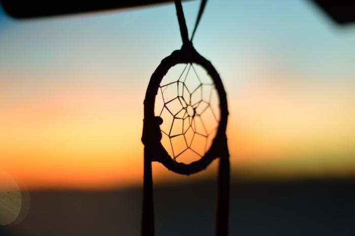 parte superior de un atrapa sueños que consiste en un aro y red de hilo, manualidades de encanto para hacer en casa
