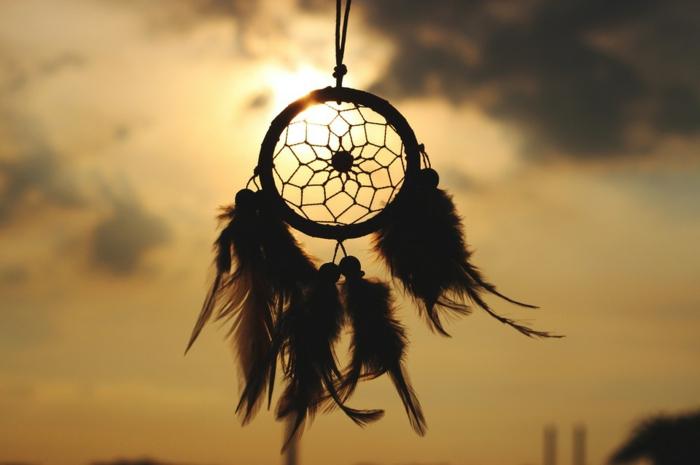 precioso atrapa sueños con un aro de madera de tamaño pequeño, red de hilo y grandes plumas con cuentas