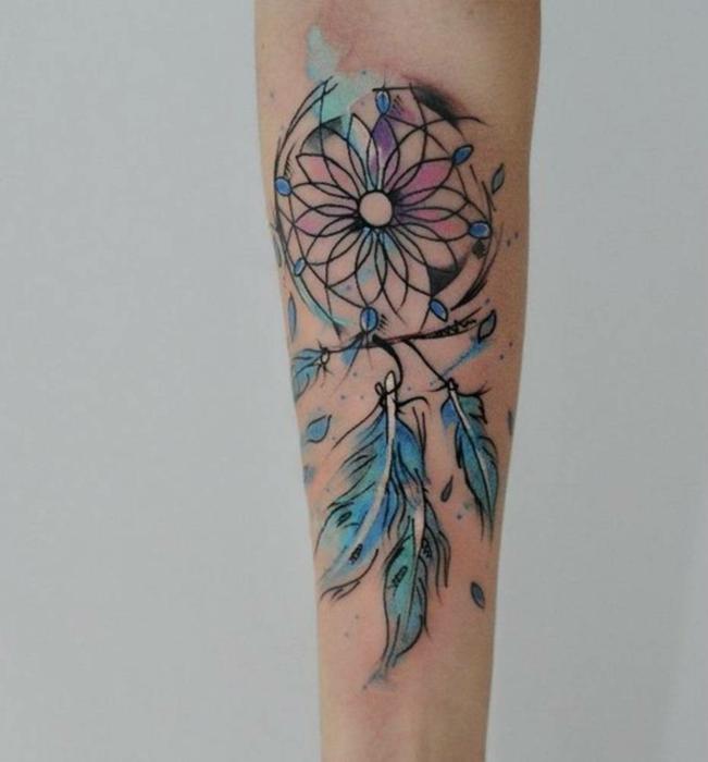 tatuajes de acuarela, tatuaje pluma atrapasueños, tatuaje en lila y azul, ideas de tatuajes originales