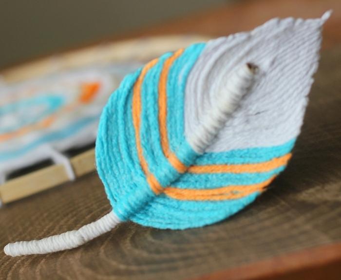 ejemplo de atrapasueños ganchillo con plumas de crochet, pluma de encanto de hilo en azul, naranja y blanco