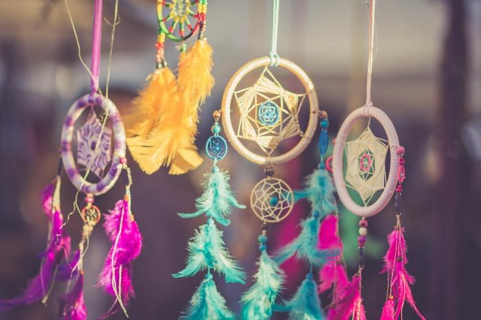 atrapa sueños coloridos, preciosa decoración casera de atrapasueños hechos a mano en rosado, lila, verde y amarillo