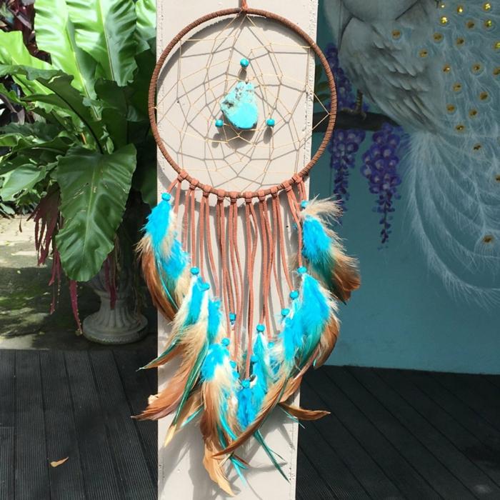 preciosa decoración para la casa, atrapasueños ganchillo con plumas grandes en color azul y beige, manualidades paso a paso