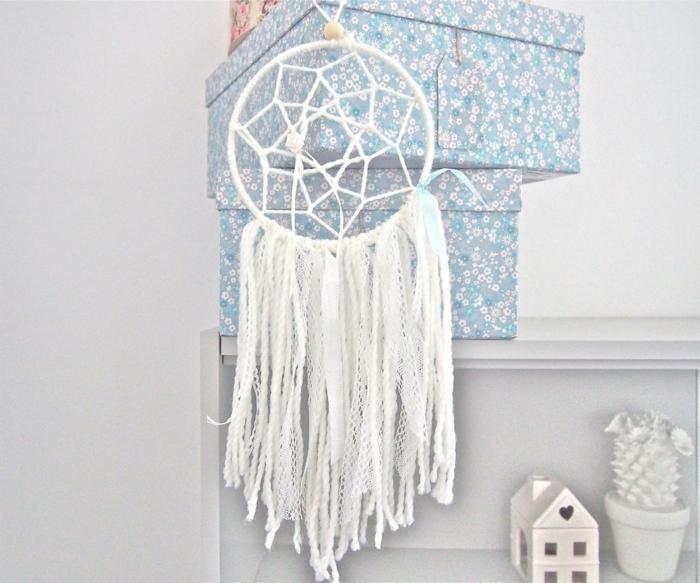 ideas de atrapasueños manualidades, grande atrapa sueños hecho de cintas y trozos de encaje, bonita decoracion DIY
