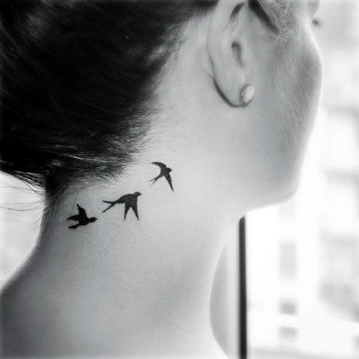 tatuajes de mujer en el cuello y la nuca, aves en pleno vuelo en negro, ideas de tattoos con significado