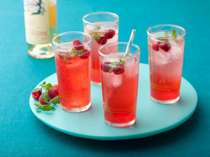 refrescos agradables para cocina facil y rica en verano, jugo de sandía adornado de frambuesas frescas