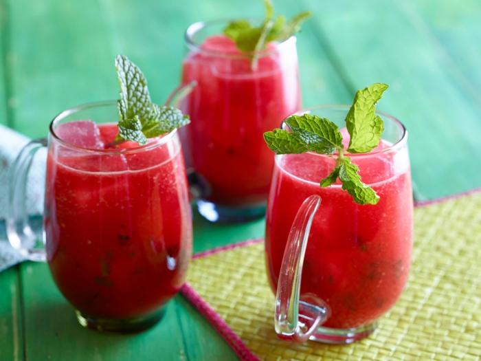 ideas de cocina facil, bebidas refrescantes para el verano, jugo de frambuesas con helado y hojas de menta