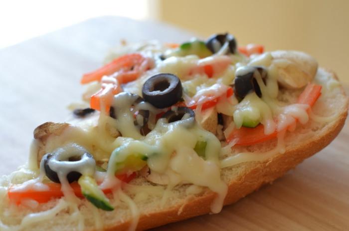 ejemplos de recetas de cocina faciles y rapidas, bocadillo con tomates, pepinos, aceitunas y queso rallado